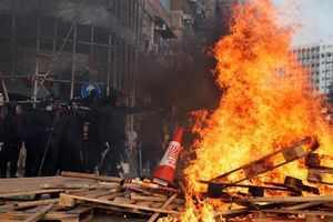 Hong Kong chìm trong khói lửa, bạo lực tuần thứ 20