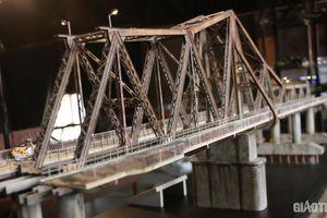 Mục sở thị mô hình cầu Long Biên mini được làm tỉ mỉ đến từng chi tiết