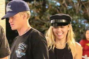 Miley Cyrus đi chơi công viên với bạn trai kém tuổi