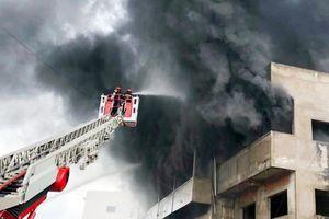 Đang cháy lớn kho nệm mút ở TP Hồ Chí Minh