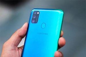 Smartphone Samsung 3 camera sau, pin 6.000 mAh lên kệ ở Việt Nam, giá 6,99 triệu