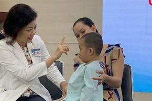 Bé 2 tuổi suýt mù lòa vì viêm xoang biến chứng hốc mắt