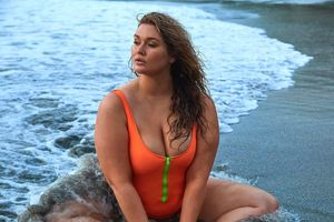Siêu mẫu ngoại cỡ bị ném đá vì diện bikini xẻ ngực quá sâu