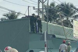Kéo cáp viễn thông, hai sĩ quan quân đội bị điện giật thương vong
