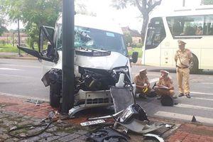 Huế: Xe khách mất lái, đâm vào cột đèn giao thông