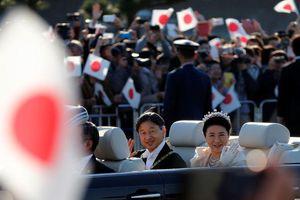 Đám đông chào đón Nhật hoàng mới trong cuộc diễu hành mừng ngày đăng quang
