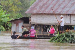 Hàng trăm ngôi nhà ngập sâu sau bão số 6