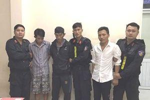 Nhóm 'cẩu tặc' đi ô tô đòi hối lộ 15 triệu đồng để thoát tội