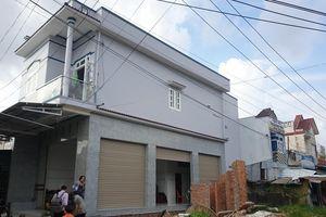 UBND xã ở Cà Mau dựng hào rào chắn mặt tiền nhà dân để bảo vệ đất công