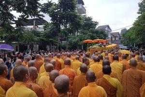 Dân Huế đội mưa tiễn đại lão hòa thượng Thích Trí Quang về nơi an nghỉ cuối cùng