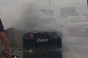 Hà Nội: Mercedes bốc cháy ở đường vành đai 3 trên cao