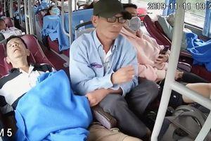 Người đàn ông trắng trợn móc túi trên xe khách gây bàng hoàng