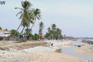 Dân Phú Yên thấp thỏm sóng biển cuốn đất, nuốt nhà