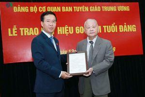 Trao huy hiệu 60 năm tuổi Đảng cho ông Lê Xuân Tùng