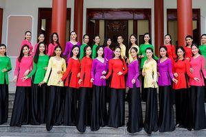 Top 30 thí sinh sắc đẹp mặc áo lụa dịu dàng dâng hoa tưởng niệm anh hùng Nguyễn Thị Định