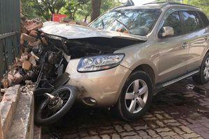 Santa Fe tông 2 người bị thương