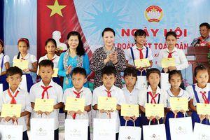 Chủ tịch Quốc hội Nguyễn Thị Kim Ngân dự Ngày hội Ðại đoàn kết toàn dân tộc với nhân dân ấp Sóc Chà B, tỉnh Trà Vinh