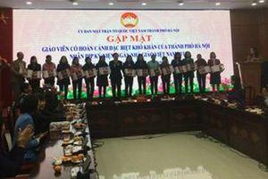Nhiều giáo viên có hoàn cảnh đặc biệt ở Hà Nội được trao tặng những phần quà ý nghĩa