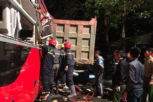 Kinh hoàng: Xe khách va chạm với xe tải khiến 3 người mắc kẹt và bị thương nặng