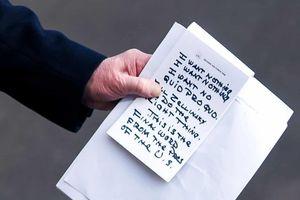 Tờ giấy chữ in đậm của TT Trump sau phiên điều trần địa chấn