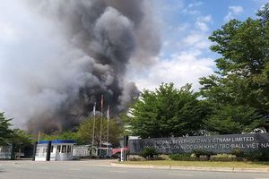 Cháy lớn tại công ty trong KCN Vsip II ở Bình Dương, trụ khói đen bốc cao hàng chục mét