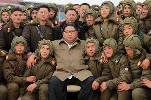 Ảnh ấn tượng trong tuần (19-25/11): Thủ tướng Anh chơi boxing và ông Kim Jong-un thăm căn cứ quân sự bí mật