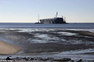Tàu chở 4.200 ô tô lật nghiêng giữa biển, có thể mắc kẹt một năm