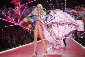 Đi dạo cũng bị 'bắt' về làm thiên thần, chỉ có thể là dàn mẫu Victoria's Secret