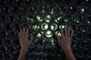 Ngạc nhiên trước ngôi nhà được làm bằng 6.000 chai thủy tinh