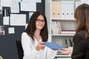 Vì sao doanh nghiệp phàn nàn mãi việc phải đào tạo lại nhân sự mới ra trường?