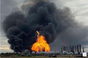 Hàng ngàn người sơ tán vì cháy nhà máy hóa dầu ở Texas cháy