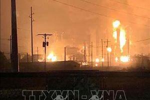 Hỏa hoạn tiếp diễn sau vụ nổ nhà máy hóa chất ở Texas