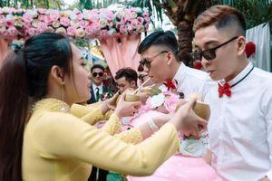 Những thử thách độc, lạ trong ngày cưới khiến dân tình ngã ngửa: Đón được dâu cũng vã hết cả mồ hôi