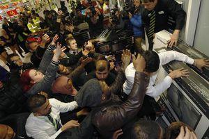 Nhìn lại cảnh hỗn loạn, giẫm đạp, thương vong vào dịp Black Friday ở Mỹ
