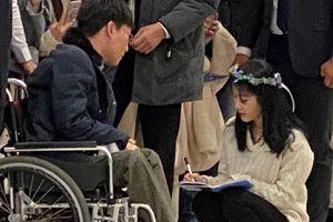 IU gây xúc động khi ngồi kí tên cho fan hâm mộ đi xe lăn