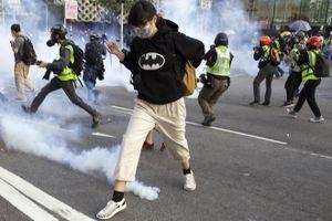Người Hong Kong biểu tình trở lại, cảnh sát bắn hơi cay giải tán