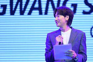 'Hươu cao cổ' Lee Kwang Soo hát trước hàng nghìn fan Việt