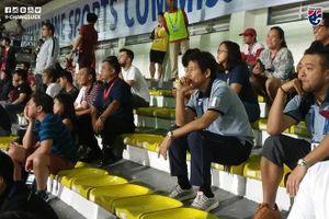 Biểu cảm bất ngờ của HLV Thái Lan trên khán đài theo dõi cuộc đấu giữa U22 Việt Nam - U22 Indonesia