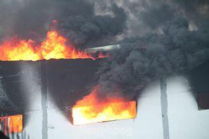 Điều hơn 20 xe cứu hỏa 'cứu' công ty bánh kẹo ở KCN Sóng Thần đang rực lửa