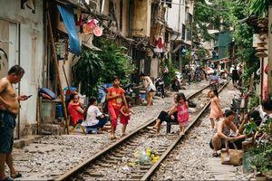 Cuộc sống của người dân phố đường tàu Hà Nội lạ lẫm trong mắt du khách Tây