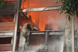Huy động hơn 20 xe cứu hỏa đến hiện trường vụ cháy ở KCN Sóng Thần