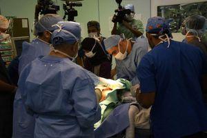 Bác sĩ thực hiện 48 ca phẫu thuật tách rời song sinh dính liền