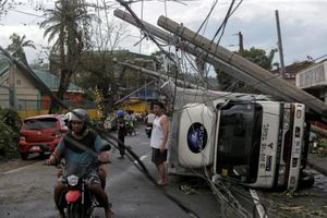 Cảnh tượng tan hoang như tận thế khi bão Kammuri càn quét qua Philippines