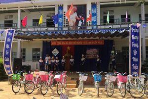 Kon Tum: Tặng quà, áo ấm cho học sinh nghèo xã biên giới Mô Rai