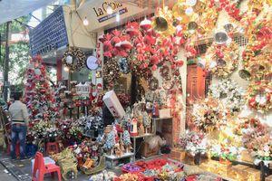 Bày bán la liệt đồ trang trí Giáng sinh, phố cổ Hà Nội rực rỡ