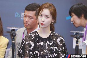 Yoona (SNSD) - Liên Bỉnh Phát 'tay bắt mặt mừng' tại 'LHP quốc tế Macao 2019'