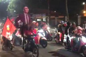 Những kiểu ăn mừng 'không đụng hàng' của CĐV Việt Nam