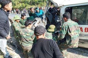 Xe chở đoàn nghệ thuật tình thương đâm vào vách núi, 7 người thương vong