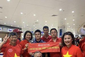 CĐV hào hứng 'săn' chữ ký cầu thủ ngay tại sân bay Philippines