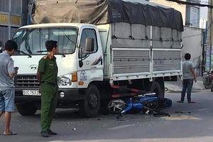 Bị cướp giật điện thoại, 2 cha con tông vào xe tải